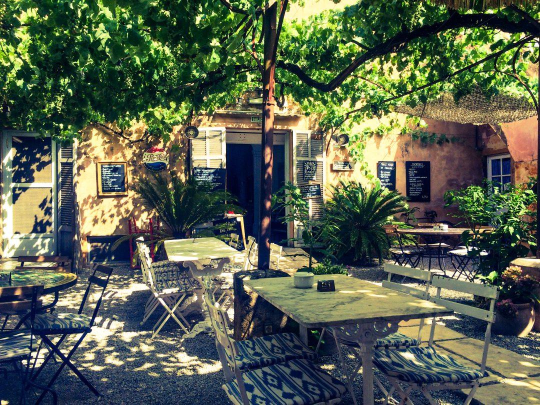Das Café Parisien in Artá   eine Oase auf Mallorca › Weltenbummel